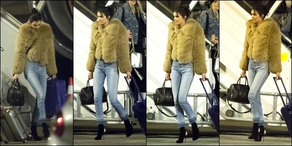 27.11.2016 ─ Kendall Jenner a été photographiée, alors, qu'elle prenait un avion, avec les filles, à New-York City.C'est en compagnie de toute les mannequins de Victoria's Secret dont Bella Hadid que Kendall J. a été aprçue arrivant à Charles de Gaulles dans Paris.