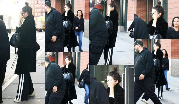 02.12.2016 ─ Kendall Jenner a été photographiée alors qu'elle quittait l'appartement de Kanye dans New-York C.La belle jeune mannequin essayait de se cacher des photographes, quant à sa tenue, nous la voyons pas beaucoup à cause du manteau mais un  bof.