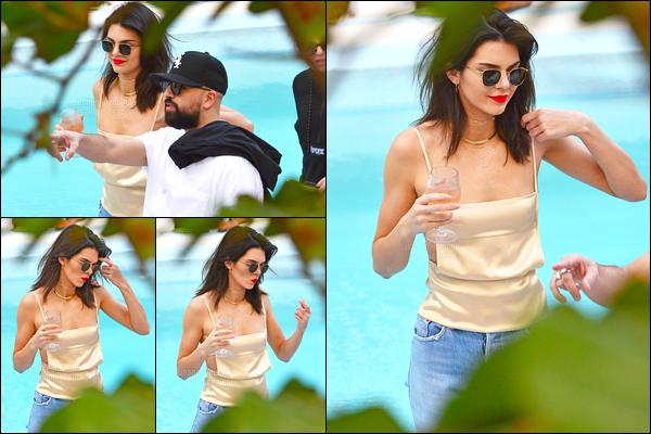 04.12.2016 ─ Kendall Jenner a été photographiée, pendant, qu'elle arrivait à Miami Beach, qui était, dans Miami.Accompagnée de ses amies la belle brunette Kendall profitait du bon temps, elle avait l'air de meilleure humeur que plus tôt ! Toujours top sa tenue..