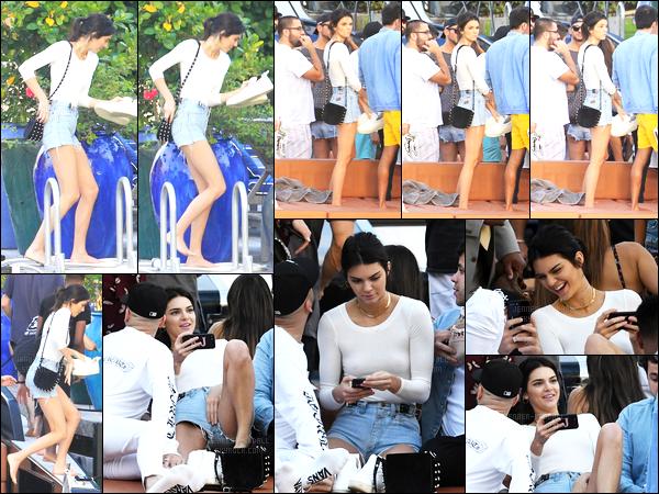 03.12.2016 ─ Kendall Jenner a été photographiée, alors, qu'elle arrivait sur un bateau avec des amis, dans Miami.Dans la soirée, la jeune mannequin a été photographiée quittant une pharmacie, sucette à la bouche... Ces deux tenues sont des tops pour ma part !