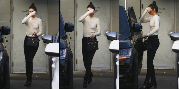 09.12.2016 ─ Kendall Jenner a été photographiée, alors, qu'elle quittait le Joan's on Third, étant dans Studio City.Nous avons très peu de photos de la belle lors de cette news. Concernant sa tenue, c'est assez jolie je trouve, c'est donc un top, de ma part, et vous ?