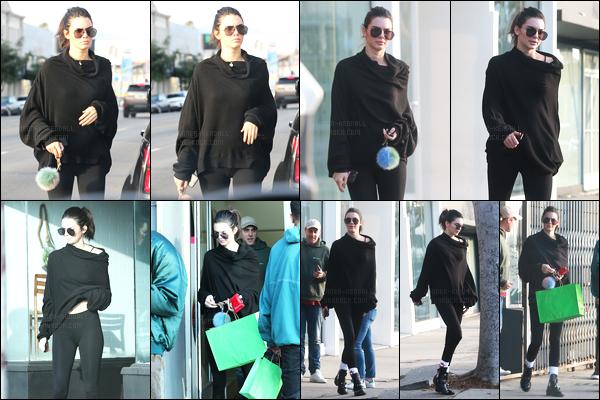 11.12.2016 ─ Kendall Jenner a été photographiée, pendant, qu'elle faisait du shopping, qui était, dans Hollywood.Deux fois dans la journée, Kendall J a été photographiée en faisant du shopping avec ces amies.. Concernant ses tenues, c'est deux tops de ma part !