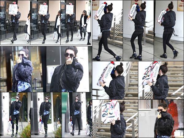 16.12.2016 ─ Kendall Jenner a été photographiée, pendant, qu'elle se promenait dans les rues dans Beverly Hills.La jeune mannequin n'était visiblement pas d'humeur à se montrer aux paparazzis. Concernant la tenue, c'est du simple, et du noir, je suis pas fan..