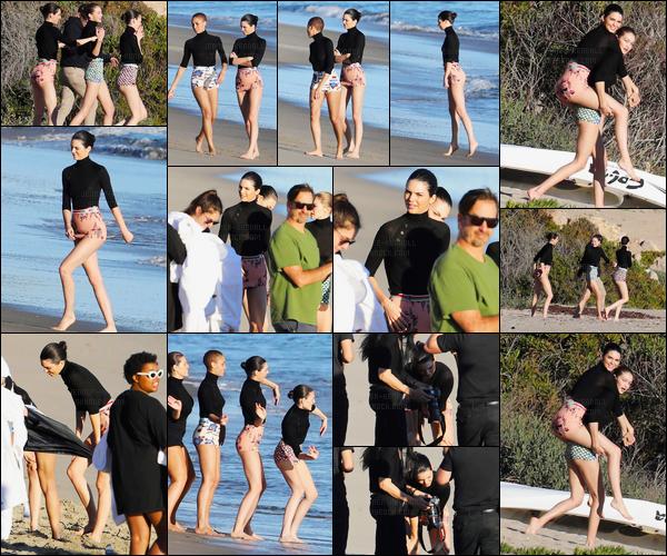 19.12.2016 ─ Kendall Jenner a été photographiée, alors, qu'elle était sur un set de photoshoot étant dans Malibu.Lors de cette séance de photoshoot, Kendall été accompagnée de plusieurs mannequin sur la plage. Concernant la tenue est plutôt jolie, c'est un top !