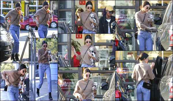 28.12.2016 ─ Kendall Jenner a été photographiée arrivant et quittant le «Sweetgreen», étant au West Hollywood.La jolie mannequin est donc de retour après quelques jours sans nouvelles. Accompagnée de son petit chien au bras, j'adore total son look, c'est top
