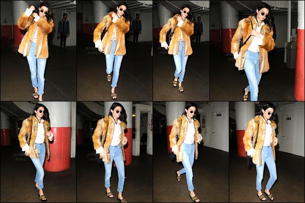 15.12.2016 ─ Kendall Jenner a été photographiée pendant qu'elle se promenait se situant étant dans Los Angeles.Encore une nouvelle sortie pour la belle mannequin. Concernant sa tenue, je ne suis pas du tout fan de son manteau, mais le reste ça va... Un bof !