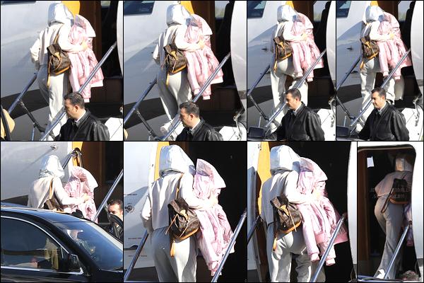 16.12.2016 ─ Kendall Jenner a été photographiée, alors, qu'elle abordait un jet privée, se situant, dans Van Nuys.C'est cachée sous sa capuche que la belle K. a été photographiée, on ne la vois malheureusement pas et concernant sa tenue, c'est un flop de ma part.