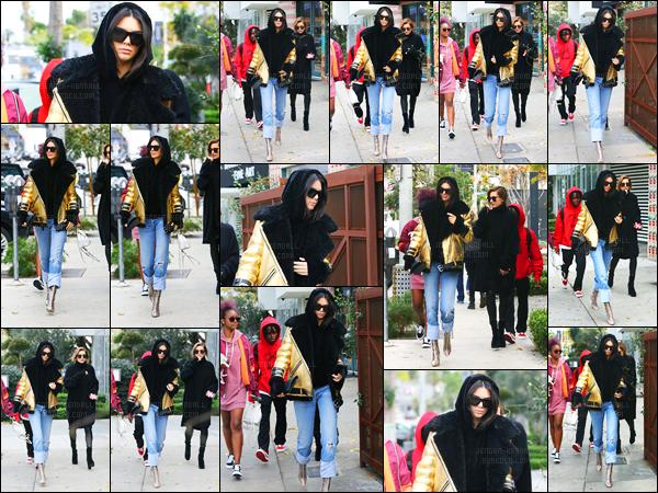 02.01.2017 ─ Kendall Jenner a été photographiée, arrivant, puis quittant Zinque cafe étant dans West Hollywood.La jeune mannequin été accompagnée de son amie en cette première sortie de la nouvelle année, la mannequin Hailey Baldwin... Sa tenue est top !