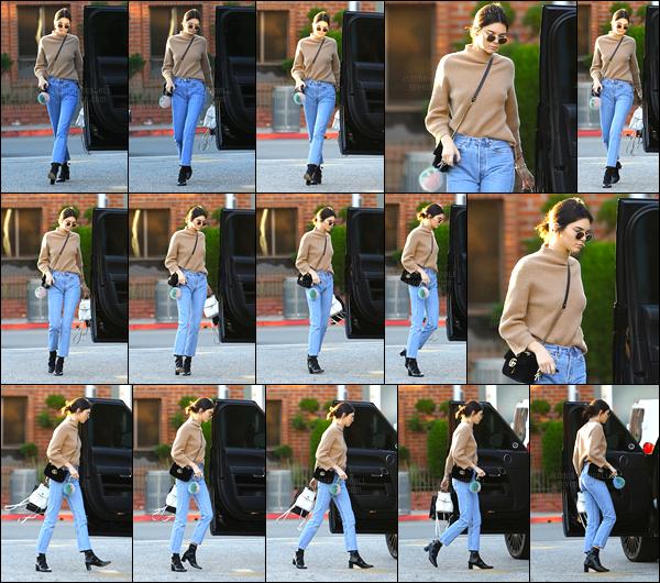 28.12.2016 ─ Kendall Jenner a été photographiée arrivant puis quittant le « XIV Karats » étant dans Beverly Hills.La jolie mannequin a été photographiée cette fois-ci sans son petit chien au bras. C'est encore une fois dans la même tenue qu'elle avait.. Gros top !