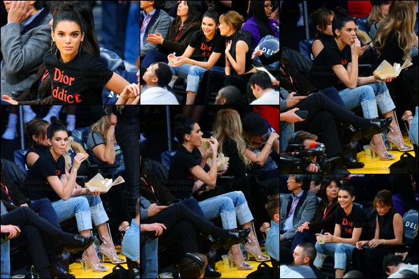 03.01.2017 ─ Kendall Jenner a été photographiée, alors, qu'elle était à un match de basket dans Los Angeles, CA.C'est en compagnie de Hailey Baldwin que la belle était au match des Lakers contre Memphis Grizzlies ! Concernant la tenue, c'est un top pour moi !