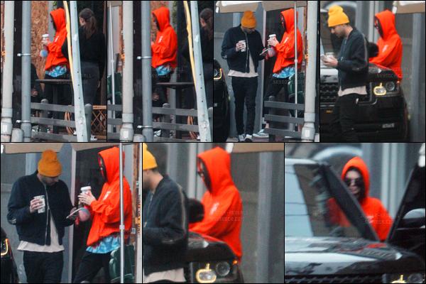 05.01.2017 ─ Kendall Jenner a été photographiée alors qu'elle quittait un café dans les rues au West Hollywood.Nous avons peu de photos, en plus de cela Kendall se cache et elles sont flou. On ne voit pas trop sa tenue en plus de ça mais ça a l'air d'être un flop