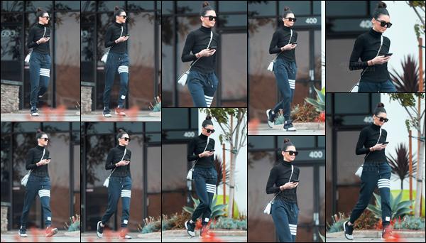 10.01.2017 ─ Kendall Jenner a été photographiée alors qu'elle se promenait, dans les rues, dans West Hollywood.Kendall J. a été vue seule, avec son téléphone à la main. Et c'est dans une tenue, assez décontracté, avec un jogging, qu'elle a été vue. C'est un flop