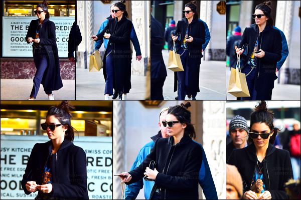 13.02.2017 ─ Kendall Jenner a été photographiée alors qu'elle se promenait, dans les rues, dans New-York City.Nous avons peu de photos de cette sortie, malheureusement. Kendall avait l'air presser... Concernant sa tenue, c'est tout simple mais très jolie top !