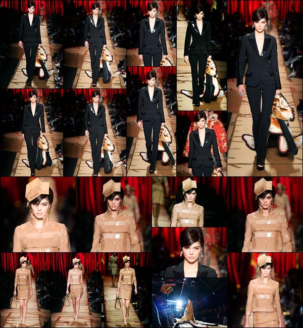 23.02.2017 ─ Kendall Jenner a défilé pour la marque « Moschino » collection automne/hiver étant dans Milan, IT.Kendall Jenner enchaîne les défilé en ce moment. Concernant ce défilé je préfère la tenue toute noire plutôt que la beige. Et vous, dites moi vos avis !