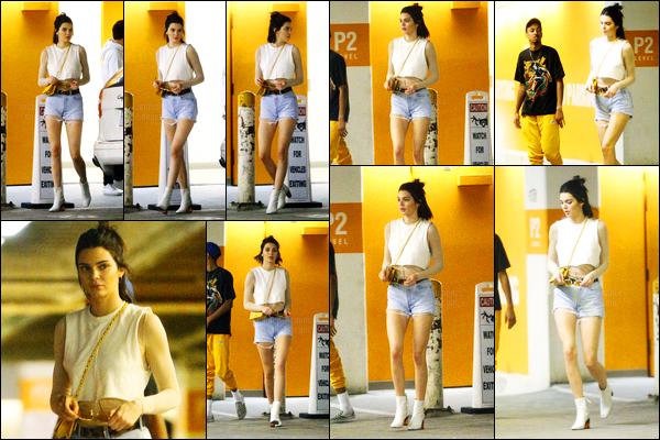 09.03.2017 ─ Kendall Jenner a été photographiée, alors, qu'elle quittait Kreation Organic Juicery, à Beverly Hills.Kendall J. a ensuite été photographiée alros qu'elle était dans Beverly Hills avec un ami... Concernant sa tenue, c'est un top, de ma part ! Et vous ?