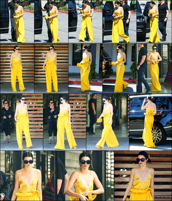 15.03.2017 ─ Kendall Jenner a été photographiée arrivant puis quittant un restaurant, se situant dans Calabasas.C'est toute vêtue de Jaune poussin que la belle a été repérée ! Concernant sa tenue, c'est plutôt flash, je suis pas fan mais je déteste pas. Un bof !