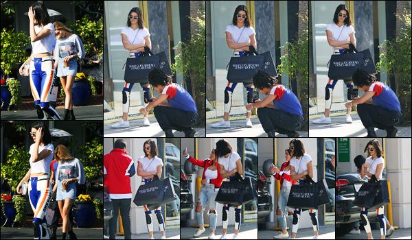 17.03.2017 ─ Kendall Jenner a été photographiée, alors, qu'elle quittait le Fred Segal, étant dans West Hollywood.La belle K. a donc quittée un magasin avec ces amis dans les rues... Concernant sa tenue, c'est un beau top de ma part, et vous, dites moi vos avis !