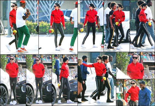 19.03.2017 ─ Kendall Jenner a été photographiée, alors, qu'elle se promenait dans les rues dans Los Angeles, CA.C'est en compagnie de ses amis que la belle a été photographiée dans les rues. Concernant sa tenue, c'est un petit bof de ma part, perso... Et vous ?