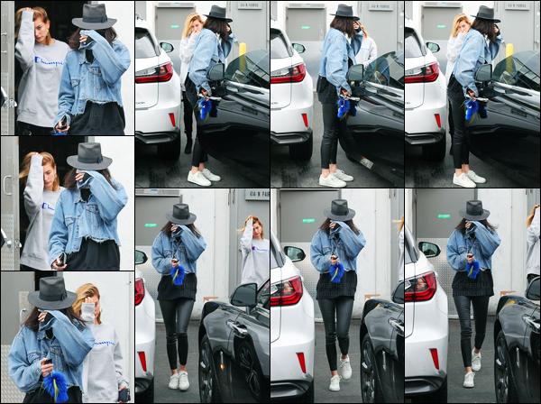 21.03.2017 ─ Kendall Jenner a été photographiée, alors, qu'elle quittait un salon de coiffure, étant à Los Angeles.C'est en compagnie de son amie, Hailey Baldwin, que Kendall Jenner été photographiée. Concernant sa tenue, c'est petit top, de ma part ! Et vous ?!