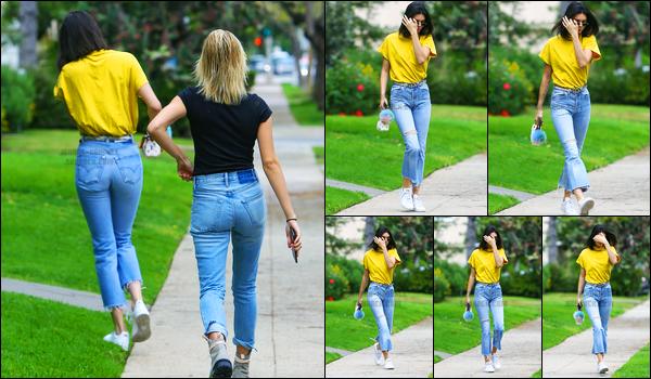 22.03.2017 ─ Kendall Jenner a été photographiée arrivant, puis, quittant le domicile, d'un ami, dans Beverly Hills.Malheureusement nous avons peu de photos de cette sortie de Kendall J. Concernant sa tenue, c'est un petit top de ma part personnellement.. Avis ?