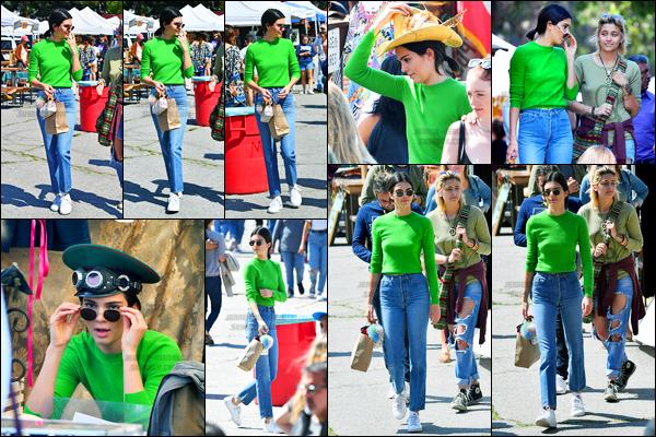 26.03.2017 ─ Kendall Jenner a été photographiée alors qu'elle était au magasin « Flea Market » dans Los Angeles.On ne pouvait pas la loupé notre belle mannequin avec son tee shirt vert ! Concernant sa tenue, c'est un flop pour ma part, je ne suis pas du tout fan..