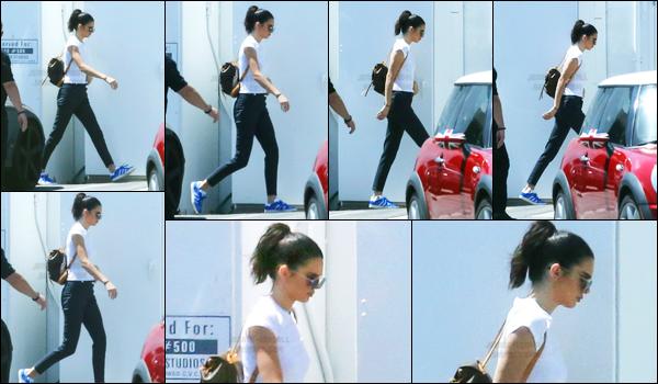 24.04.2017 ─ Kendall Jenner a été photographiée pendant qu'elle arrivait à un studio étant dans Los Angeles, CA.Nous avons peu de photos de la belle brune. On ne connait pas non plus les raisons de son aller en studio. Concernant sa tenue, c'est top de ma part !
