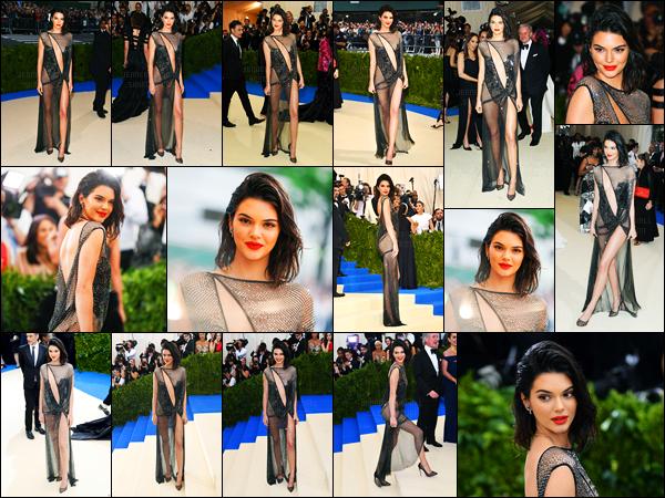 01.05.2017 ─ Kendall Jenner posait sur le tapis du «MET Gala 2017» au Metropolitan Museum of Art à New-York.Nous avons peu de photos de la mannequin sur le tapis, mais sa tenue est un flop de ma part... Plus tard elle a été vue avec des amies dans New-York.