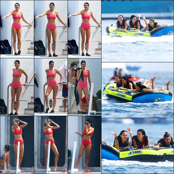 23.05.2017 ─ Kendall Jenner a été photographiée alors qu'elle profitait du temps libre sur un yatch dans Antibes.La belle a ensuite été photographiée alors qu'elle faisait du inflatable boat avec ces amies... Concernant son maillot, j'aime beaucoup, un beau top !