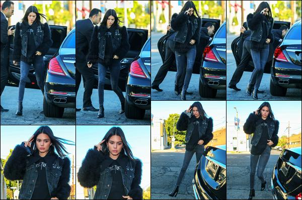 28.05.2017 ─ Kendall Jenner a été photographiée, alors, qu'elle arrivait au restaurant « Nobu » à West Hollywood.Notre belle mannequin est donc de retour en Californie, enfin, après un peu de temps libre à Antibes. Concernant sa tenue, c'est top que je lui donne !