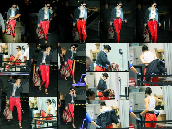 30.05.2017 ─ Kendall Jenner a été photographiée, alors, qu'elle arrivait à l'aéroport de LAX, étant, à Los Angeles.On ne connaît pas la destination de la belle brunette... Du moins pas encore mais ça ne serait tarder ! Concernant sa tenue, c'est tout simple, un bof !