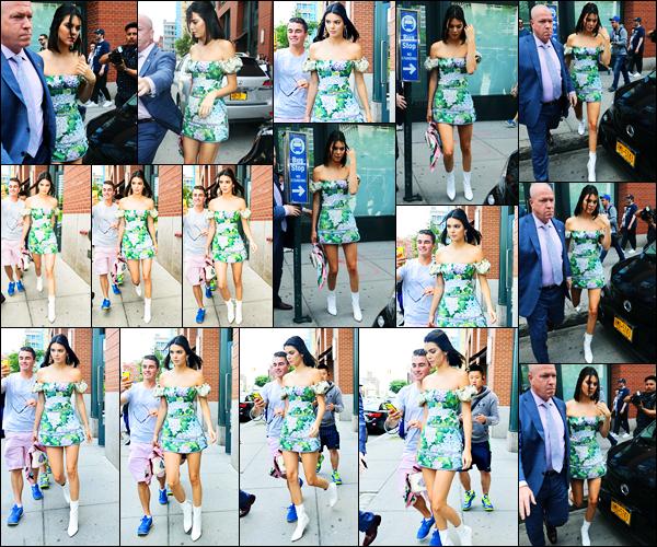 03.06.2017 ─ Kendall Jenner a été photographiée, alors, qu'elle quittait l'appartement de Kanye West, dans Soho.Par la suite, Kendall a été photographiée arrivant puis étant à la Statue de la liberté. Concernant sa tenue, c'est un très beau top de ma part, j'adore !