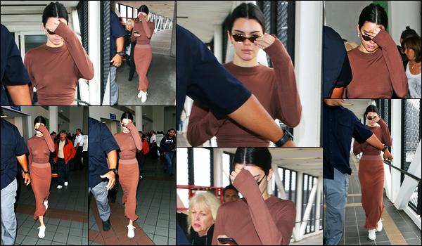 08.06.2017 ─ Kendall Jenner a été photographiée, alors, qu'elle arrivait à l'aéroport de LAX, étant, à Los Angeles.A croire que c'est à la mode en ce moment, on peut apercevoir les seins puis son derrière ! Concernant sa tenue, personnellement, je n'aime pas, flop.
