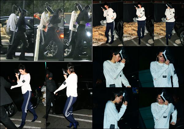 08.06.2017 ─ Kendall Jenner a été photographiée arrivant et quittant le restaurant «Hyde Sunset» à Los Angeles.Nous avons peu de photos, et en plus, elles sont pas très jolie... Concernant sa tenue, c'est tout simple, mais je n'aime pas, c'est donc un flop pour moi