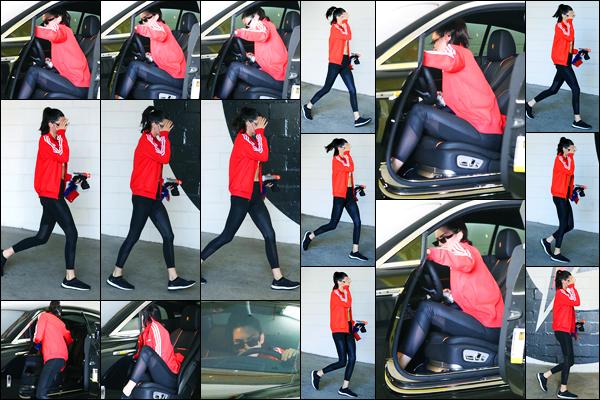 15.06.2017 ─ Kendall Jenner a été photographiée alors qu'elle quittait son cours de gym étant dans Los Angeles.Après quelques jours sans nouvelles de la brunette, la voilà de retour, même si elle ne voulait pas se montrer ! Concernant sa tenue, c'est un petit bof.