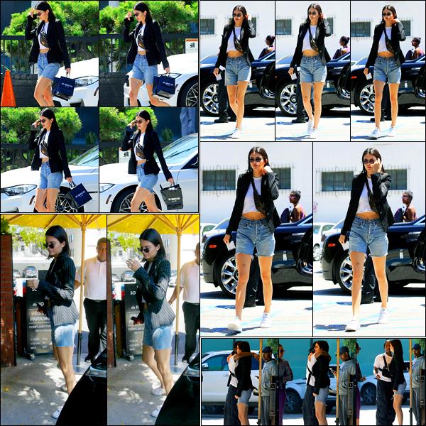 28.06.2017 ─ Kendall Jenner a été photographiée, alors, qu'elle quittait le « XIV Karats », étant dans Beverly Hills.Après quelques jours sans nouvelles, la belle a repointée le bout de son nez. Elle a ensuite été aperçue arrivant puis quittant Honor Bar. Sa tenue est top.