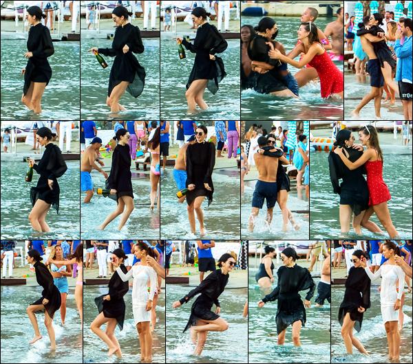 09.07.2017 ─ Kendall Jenner a été photographiée, alors, qu'elle était à une fête avec ses amies à Mykonos, Grèce.La belle Kendall était en compagnie de son amie, la mannequin Bella Hadid, elle avait l'air de bien s'amuser ! Concernant sa tenue, c'est un top pour moi.