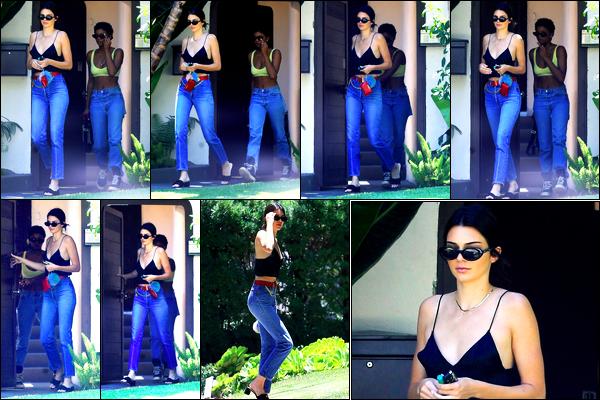 14.07.2017 ─ Kendall Jenner a été photographiée, alors, qu'elle quittait le domicile, d'un ami étant à Los Angeles.La belle K. était en compagnie d'une amie en sortant. C'est dans un look très simple que la belle a été photographiée. Concernant sa tenue, un beau top !