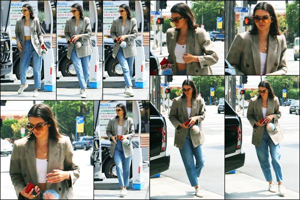 15.07.2017 ─ Kendall Jenner a été photographiée alors qu'elle était à une station service, étant dans Los Angeles.La belle mannequin enchaîne les sorties en ce moment, elle laisse pas un moment de répis ! Concernant sa tenue, je ne suis pas fan de sa veste mais  top