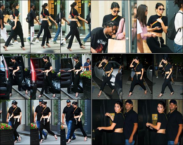 03.08.2017 ─ Kendall Jenner a été photographiée alors qu'elle se promenait, dans les rues étant dans New-York.La belle a été photographiée ensuite quittant le domicile de A$AP Rocky puis dans la soirée elle a été vue se dirigeant au concert de Tyler the Creators...
