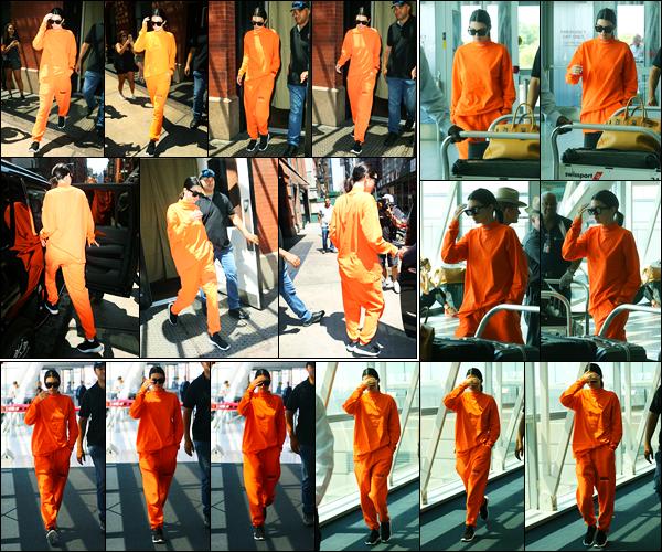 04.08.2017 ─ Kendall Jenner a été photographiée, pendant, qu'elle quittait son hôtel, étant, dans New-York City.Un peu plus tard, la belle mannequin a été photographiée arrivant à l'aéroport de JFK pour quitter la ville de New-York ! Concernant sa tenue est un bof..