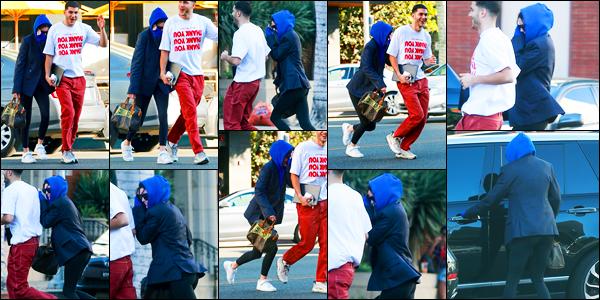14.12.2017 ─ Kendall Jenner a été photographiée, alors, qu'elle se promenait avec un ami étant dans Beverly Hills.Décidée de se cacher des paparazzis la belle mannequin s'est mise à courir dans une tenue assez décontracté. Concernant celle-ci, c'est flop pour ma part