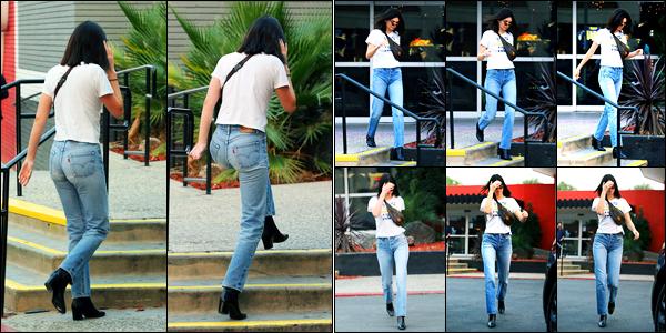 15.12.2017 ─ Kendall Jenner a été photographiée, alors, qu'elle arrivait au « Bowling Alley », étant, à Los Angeles.Plus tard, la belle mannequin a été photographiée alors qu'elle quittait le Bowling Alley... Concernant sa tenue, toute simple mais c'est un flop pour moi !