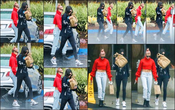 08.01.2018 ─ Kendall Jenner a été photographiée arrivant puis quittant un bureau d'avocat étant à Santa Monica.En sortant, c'est avec son amie Hailey Baldwin que la belle Kendall J. a été photographiée. La news est pas terrible mais sa tenue est assez jolie, un top !