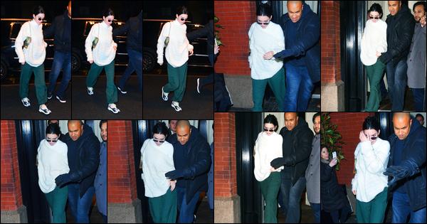 -10/02/2018- ─ Kendall Jenner a été photographiée pendant qu'elle se promenait dans les rues étant dans New-York City.C'est une tenue très très décontractée que la belle K.J est apparue dans les rues de New-York. Concernant la tenue de celle-ci, c'est un flop de ma part.