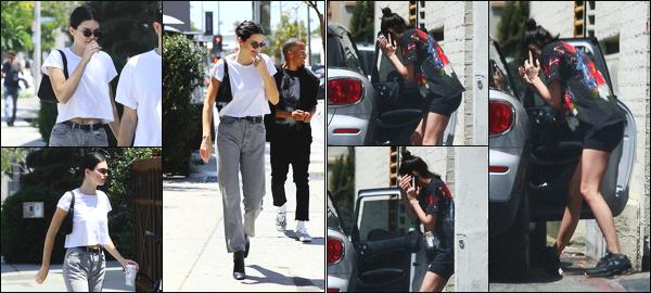 -26/04/2018- ─ Kendall Jenner a été photographiée, alors, qu'elle allait déjeuner avec des amies étant dans Los Angeles !La belle mannequin Kendall Jenner a été photographiée le lendemain quittant un cabinet médical étant à Beverly Hills. Ses tenues sont bof pour ma part.
