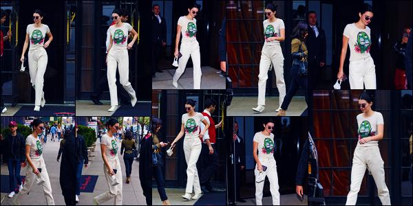 -06/05/2018- ─ Kendall Jenner a été photographiée, alors, qu'elle se promenait dans les rues de la ville, dans New-York !C'est dans une tenue très clair que la belle mannequin K. a profiter de sa journée dans la ville de la grosse pomme ! Concernant sa tenue, c'est un top !