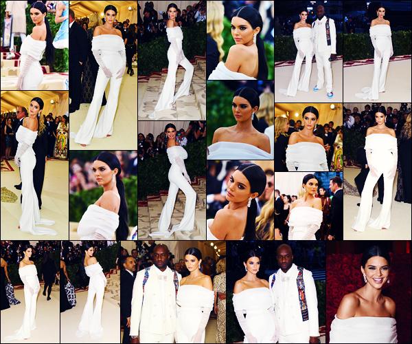 -07/05/2018- ─ Kendall Jenner posait sur le tapis du « MET Gala 2018 », au Metropolitan Museum of Art dans New-York !C'est dans une combinaison totalement blanche et assez simple que K. a poser sur le tapis rouge... Concernant la tenue, c'est un beau top de ma part !