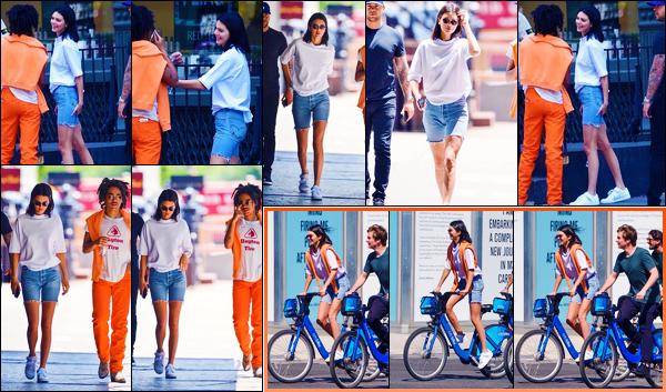 -09/05/2018- ─ Kendall Jenner a été photographiée, alors, qu'elle arrivait à un restaurant avec un ami étant à New-York !Plus tard, la belle a été photographiée faisant du vélo avec des amis dans la ville de New-York. Concernant sa tenue, c'est un très jolie top pour ma part !