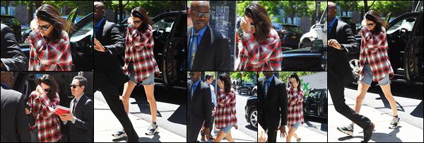 -24/05/2018- ─ Kendall Jenner a été photographiée, alors, qu'elle quittait une voiture dans la ville de Tribeca à New-York.Peu de photos mais on a des nouvelles de Kendall c'est déjà énormément ! C'est dans une chemise a carreaux que la belle est apparue, sa tenue est bof.