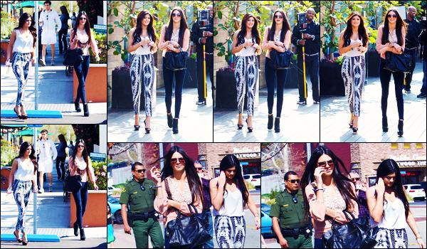 -25/02/2012- ─ Kendall Jenner a été photographiée, alors, qu'elle déambulait dans les rues de la ville, étant, dans Malibu.C'est en compagnie de sa petite s½ur, Kylie Jenner, que la belle brunette K. a été photographiée ! Concernant sa tenue, c'est un petit top pour ma part !